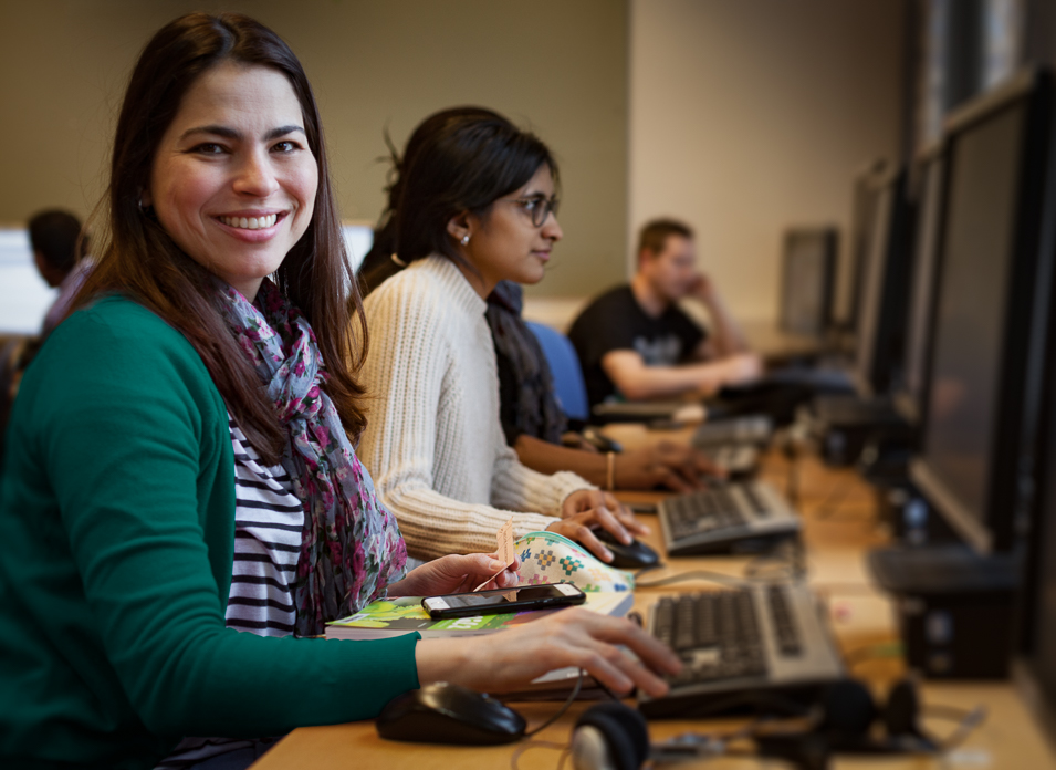 Flera elever sitter vid datorer i datasalen.