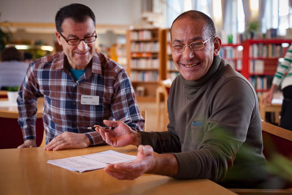 Elev får hjälp av en coach i Studiehallen.