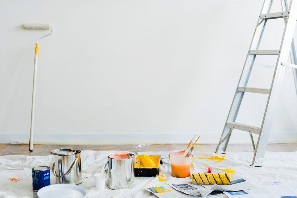 stege och färgburkar mot en tom vägg