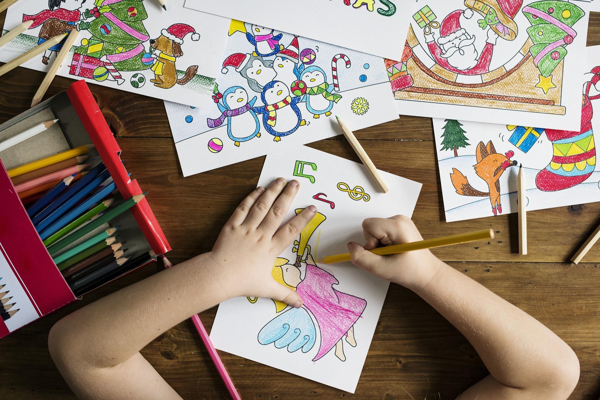 barnhänder målar teckning