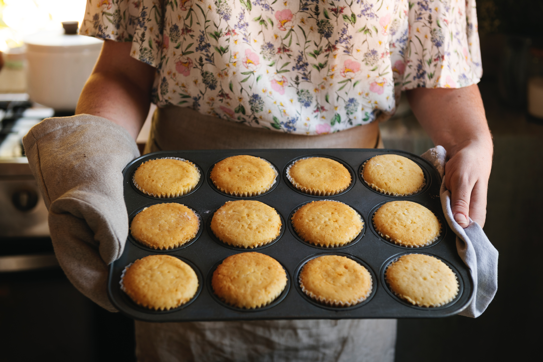 nybakta muffins i plåt