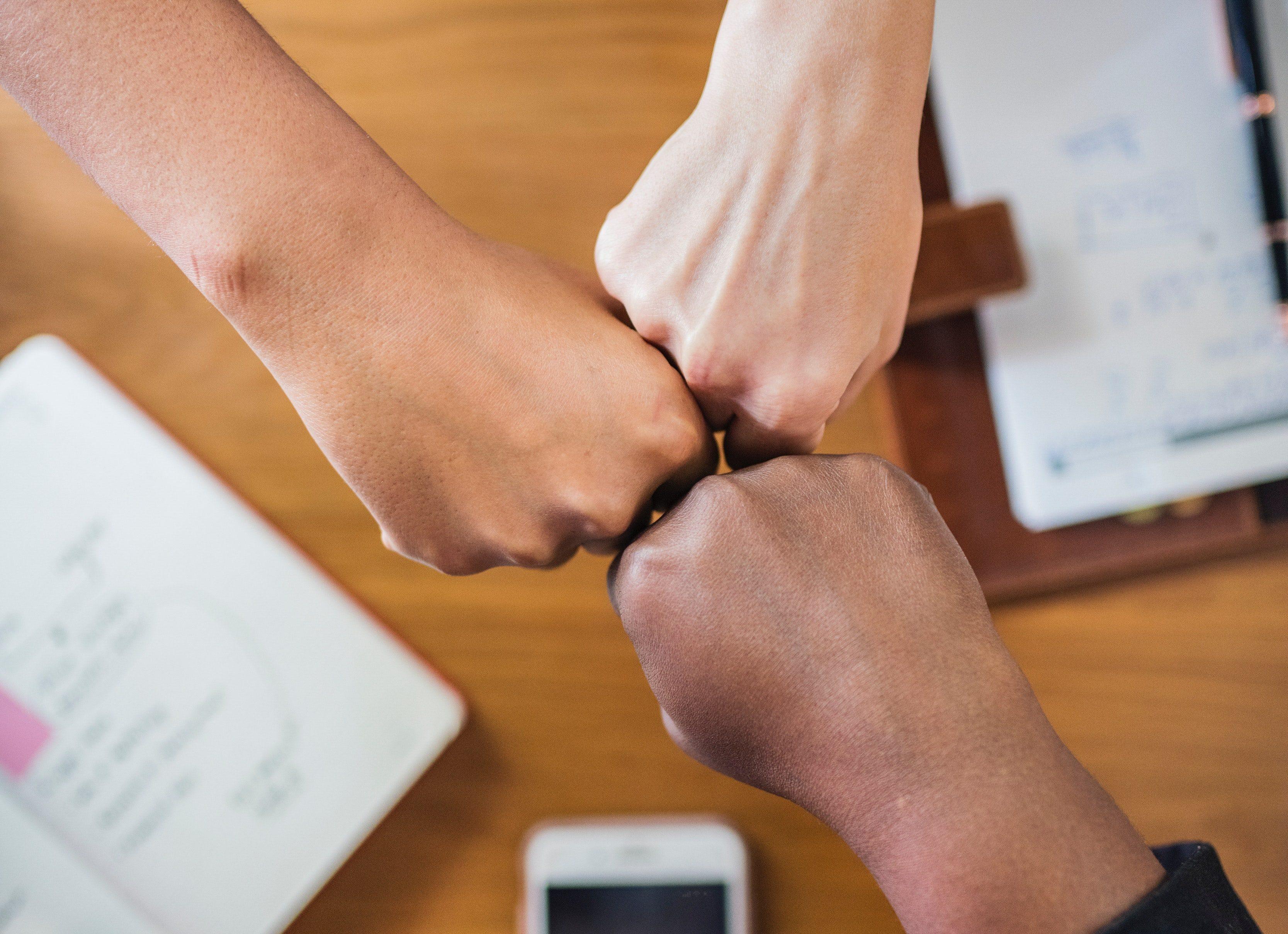 tre händer tillsammans