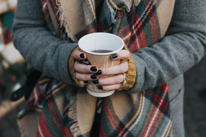 två händer håller kaffekopp