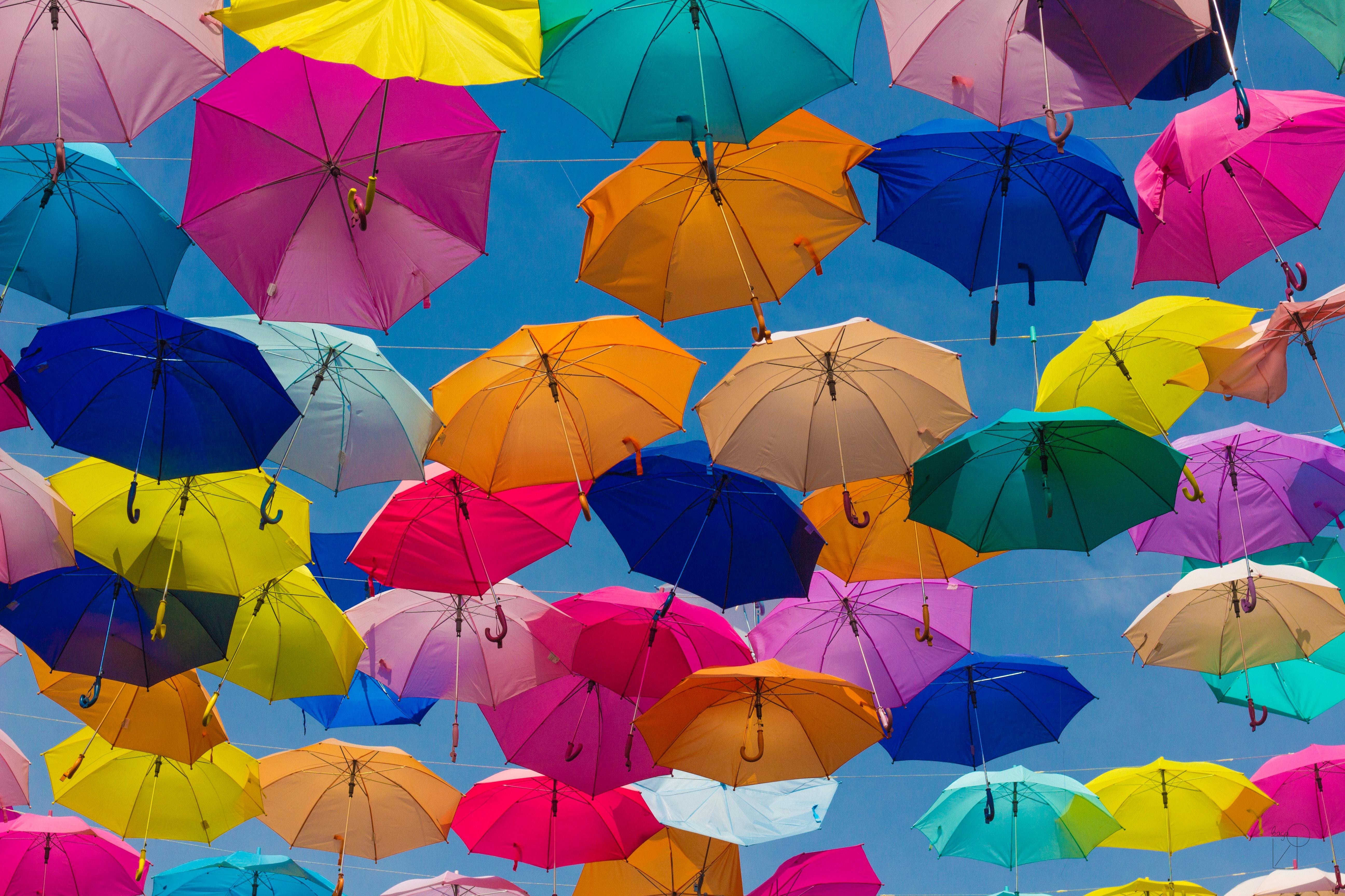 färgglada paraplyer mot blå himmel
