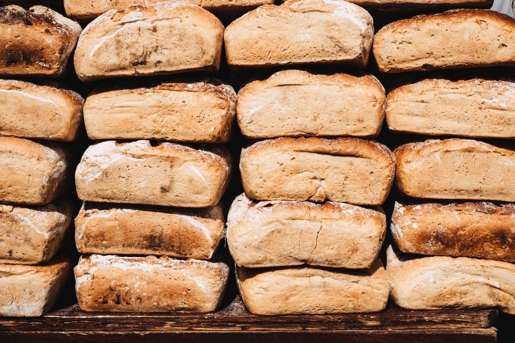 många färdiga brödlimpor på varandra