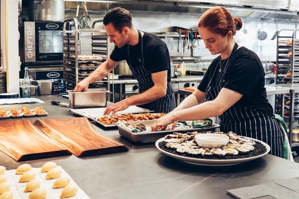 Två kockar i ett kök