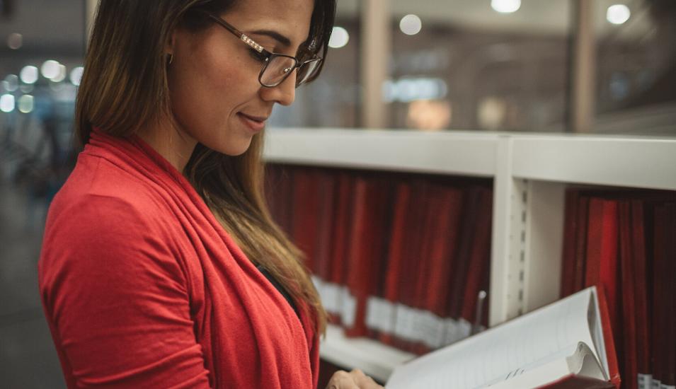 Bild på kvinna som läser en bok