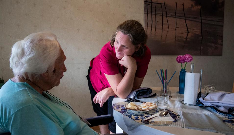 Bild på kvinna inom äldrevården